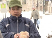 Млади хора помагат на бездомни